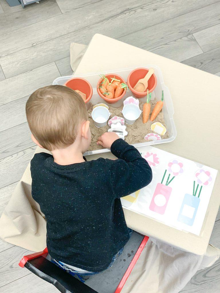Spring activities for preschoolers! Find simple, easy spring activities to do with preschoolers and spring activities for kids! garden sensory bin for kids.